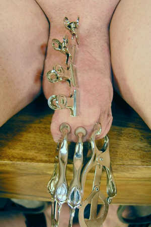 Photo: Pratiche Sessuali BDSM Extreme Cock Torture Clothespins Mollette